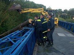 Lidé z malé obce málem již podruhé přišli o most do Bechyně.  Rychlý zásah bagristy nebezpečí zažehnal.