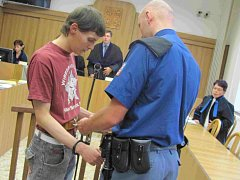 Obžalovaného k soudu přivedla eskorta.