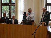 Tomáš Matyš (druhý zleva) a Jiří Kroupa (první zprava) u táborského krajského soudu.
