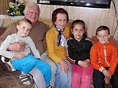 Rodina Habichova: vnuk Vašík, František Habich a jeho žena Libuše, potom vnučka Bára a kamarád dětí Toník.