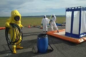 Ve čtvrtek 17. října na všechovském letišti došlo k fiktivní nehodě cisterny, profesionální hasiči ze stanice Tábor si tak vyzkoušeli zásah při úniku nebezpečné látky.