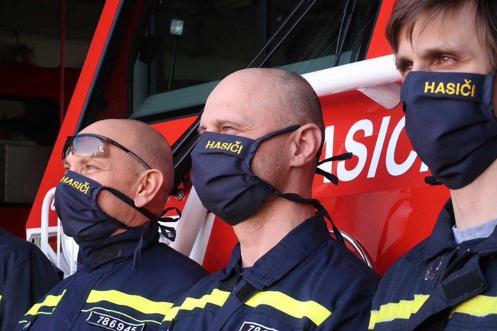 Profesionálním hasičům v současné době přibyly úkoly, mimo jiné staví odběrová a třídící centra, distribuují ochranné pomůcky mezi obyvateli a sami se musí perfektně chránit a spolupracovat.