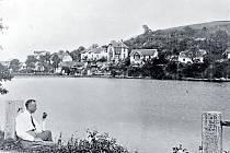 Postupice v roce 1925. Pohled přes rybník Papírník.