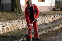 Důchodce Jan Nováček rozhodně netrpí dlouhou chvílí. Jestě než napadne sníh,  uklízel spadané listí kolem baráku.  A když už měl lopatu v ruce, uklidil kraje  i na děravé silnici.