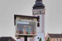 Malá knihovna čeká na milovníky čtení i na náměstí TGM v Bechyni. Další lokality s knihobudkami lze najít na www.knihobudka.cz/mapa/.