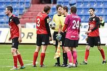 Hráči FC MAS Táborsko v diskuzi s rozhodčími při utkání v Ostravě.