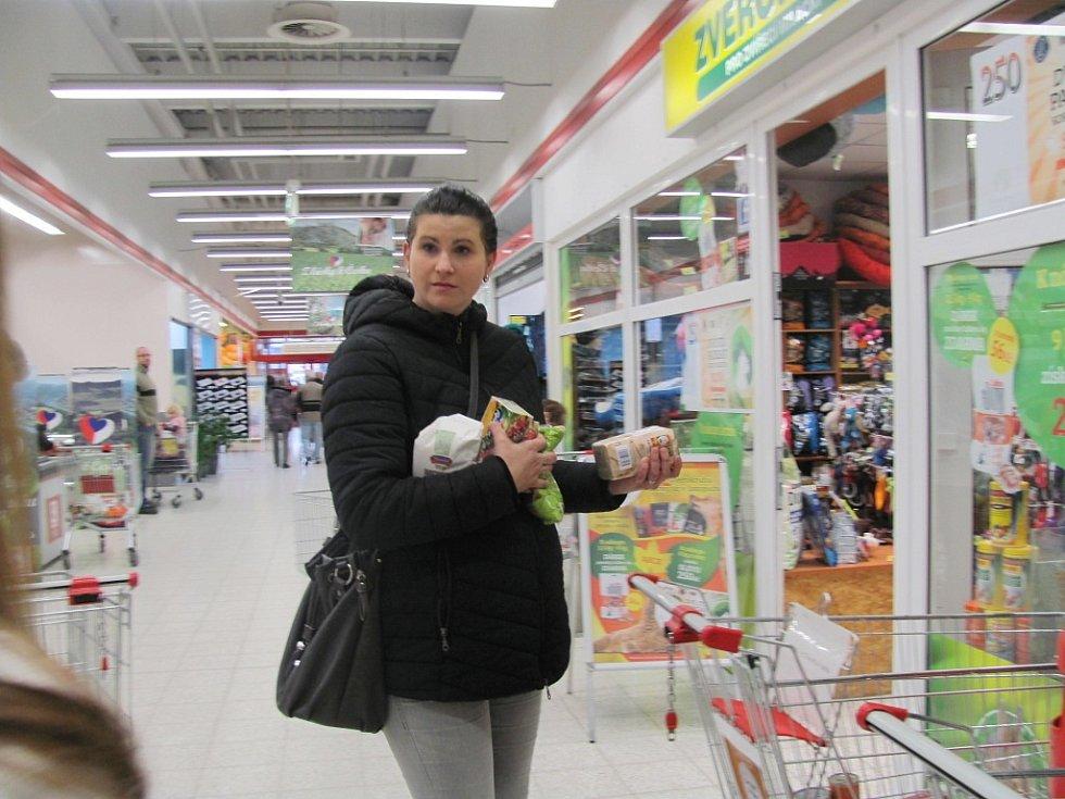 Ve dvou táborských obchodech lidé kupovali potraviny pro chudé.
