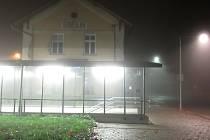 Jihočeská města se po setmění mění v liduprázdné osady, atmosféru tento víkend umocnila ještě mlha. Snímek je z Tábora.