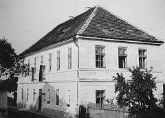 Obrázek školy, na které visí sovětská vlajka, pochází z roku 1975. Nyní jsou v budově čtyři byty a její externí ráz se nezměnil