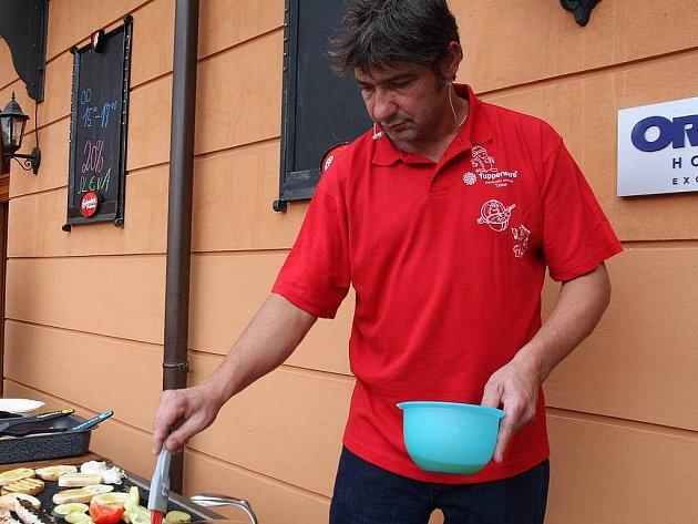 Na nádvoří hotelu Dvořák vařil přítomným kuchař Jiří Babica.