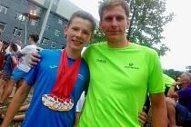 Matyáš Fiala se svým trenérem z ČEZ Cyklo Teamu Tábor Michalem bednářem při letošní olympiádě dětí a mládeže.