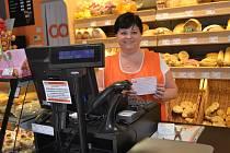 Úhradu složenky přijímala v táborské prodejně lahůdek Jana Volková poprvé v pondělí.