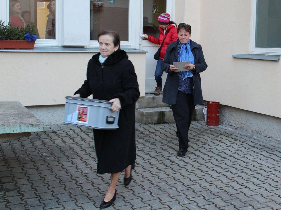 Plánské komisařky se spolu se starostou Jiřím Šimánkem vydaly za nejstarší voličkou Augustou Šťastnou.