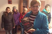 Školní klub navštívil se svými dárky Ivanu Černou v pečovatelském domě.