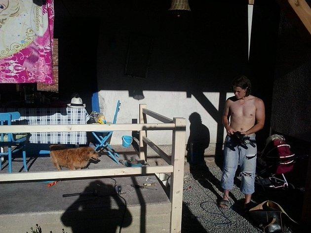 Při práci se dřevem používám mnoho nářadí a pomůcek. Dobrým pomocníkem je mi motorová pila. Tady jsem pomáhal kamarádům vytvořit plot uterasy. Mají malé děti, tak měli strach, aby nepřepadly. Když můžu, tak pomůžu a moc rád. Jsem takový přátelský typ, vě