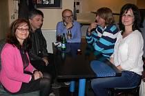 Ve středu večer se v táborské restauraci Aux Café sešly vyjednávací týmy Tábora 2020 a TOP 09. Na snímku jsou zleva Lenka Horejsková, Ladislav Novotný, uprostřed Petr Havránek, starosta Jiří Fišer a Kateřina Bláhová.