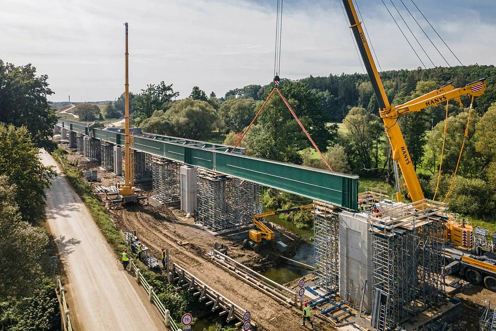 Výstavba nové devítikilometrové přeložky na IV. koridoru mezi Soběslaví a Doubím v režii trojice firem Strabag, Eurovia a Metrostav po roce od zahájení pokročila.