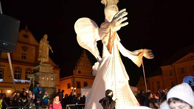 V pátek od 17 hodin se konalo slavnostní rozsvícení vánočního stromu na táborském Žižkově náměstí.