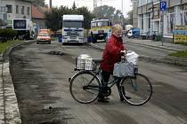 BEZPEČNĚJŠÍ PROCHÁZKA. Další etapu rekonstrukce chodníků okolo hlavní silnice plánují na letošek Klenovičtí.