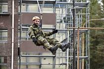 Vojenské lezení se od civilního liší v mnoha směrech. Ve struktuře patří do tzv. užitých forem, tzn., že kombinuje jak pracovní, tak i sportovní lezení.