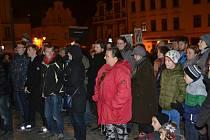 Ve středu večer se na táborském Žižkově náměstí sešlo kolem tří stovek lidí, aby vyjádřili podporu nezávislým médiím a svobodě slova.