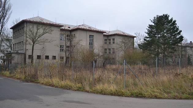 Kasárenské budovy na prodej.