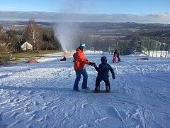 V areálu na Monínci se už lyžuje.