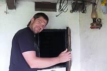 Z udírny vyndá na podzim Luboš Kovářík dvacet kilových špalíků masa.