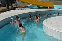 Léto v táborském bazénu.
