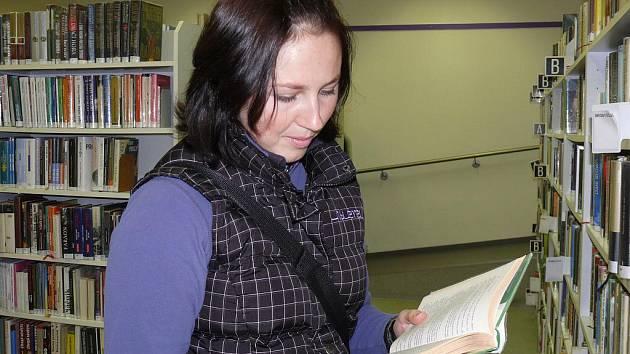 Zuzana Fajtlová  je i  při studiu dvou škol  v knihovně každý týden.