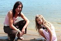 Přestože si o povodních v roce 2002 zažily svoje, vody se nebojí ani jedna. Terezka, které byl tehdy jeden měsíc, už dnes chodí do školy a neblahé události zná jen z vyprávění. Dodnes jí ale lidé říkají Plaváček. Na vodu nezanevřela ani maminka Romana.