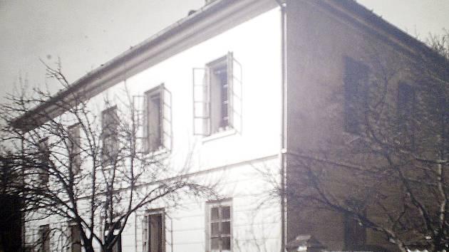 Nedvědická škola krátce po svém vzniku. Snímek tedy pochází z přelomu devatenáctého a dvacátého století.