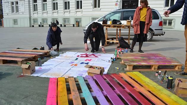 Do Tábora se po roce vrací festival Jeden svět. Snímek je z loňského stavění nábytku na náměstí.
