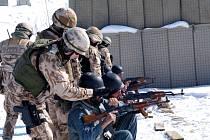 Čeští vojenští policisté učí své afghánské kolegy manipulaci se zbraní.