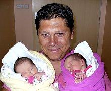 ELENA A EMÍLIE RÁCOVY Z TÁBORA. Jako první se z  dvojčátek  narodila 1. září v 9.25 hodin  Elena (vlevo), která vážila 2690 g. O minutu později přišla na svět Emílie s váhou  2190 g. Doma  už  holčičky mají brášky Romana a Lukáše a sestřičku Michalku.