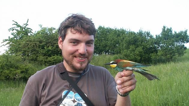 S VLHOU PESTROU. Miroslav Bažant na snímku drží vlhu pestrou, kterou před třemi lety ulovil na Hodonínsku. Vlha pestrá patří do čeledi vlhovitých a je pro ni typický dolů zahnutý zobák.