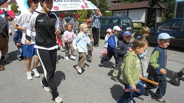 Ke štafetě Corpus Domini se v Jistebnici připojily jen děti.