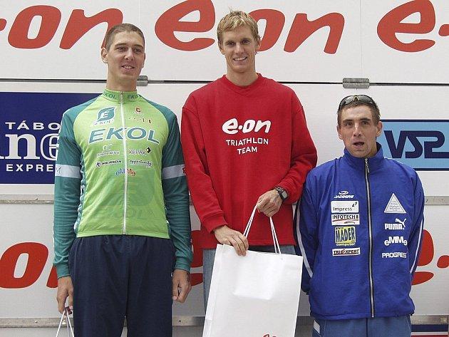 """Příjemný pohled na loňské stupně vítězů v kategorii mužů. Probojuje se domácí triatlonista Martin Pejsar (uprostřed) na """"bednu""""  i  v nabitém letošním závodě? Pokud ano, neměla by ho minout nominace na evropský šampionát."""