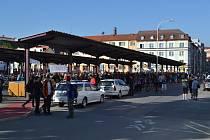 Účastníci pochodu Praha - Prčice zaplnili autobusové nádraží.