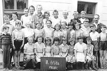 DĚTI VE TŘÍDĚ. Na této fotografii již Václava Melenová chodila do třetí třídy. Najdete ji v první řadě sedící druhou zleva.