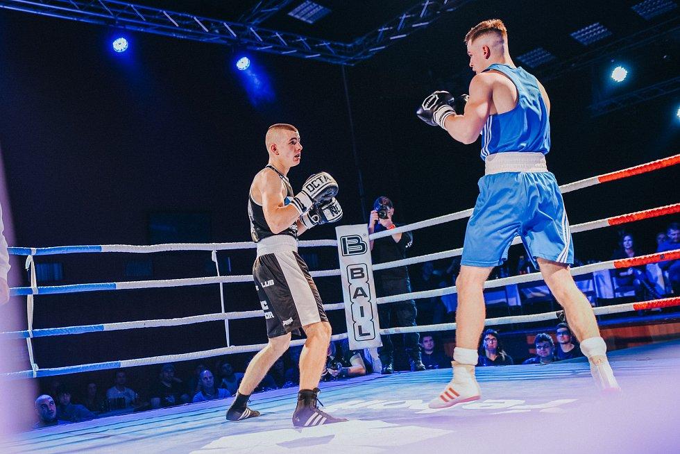 Noc bojovníků v hotelu Palcát v roce 2018 vynesla na pomoc malému Adámkovi z Tábora 62 tisíc korun.