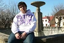 Šachista Petr Schachinger hraje šachy už od tří let.  Je mu čtrnáct, chodí do osmé třídy Základní školy v Chýnově a díky královské hře se vůbec nemusí učit na matematiku.
