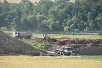 Výstavba nového devítikilometrového úseku IV. mezi Soběslaví a Doubím u Tábora opět pokročila. Přeložka, která vyjde Správu železnic na více než 4 miliardy dostává postupně podobu, rostou mostní pilíře a vyhlouben je i Zvěrotický tunel.