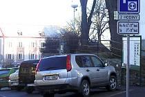 PARKOVÁNÍ. Řidiči mohou na Žižkově náměstí v Mladé Vožici parkovat maximálně dvě hodiny.