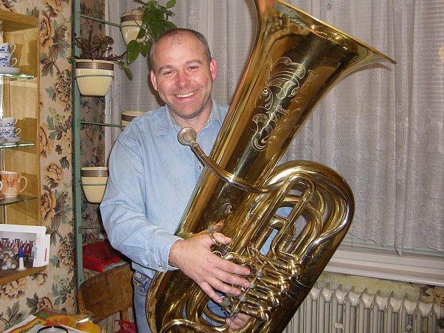 Tomáš Goll hraje na tubu od sedmé třídy a říká, že bude hrát tak dlouho, dokud ji udrží v rukou.