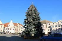 Vánoční strom v Táboře má od úterního dopoledne ozdoby.