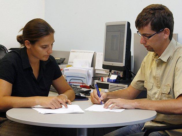 ZÁLUDNÉ SMLOUVY.  Do čtrnácti dnů nemůže zákazník odstoupit od smluv, které se týkají například finančních služeb.
