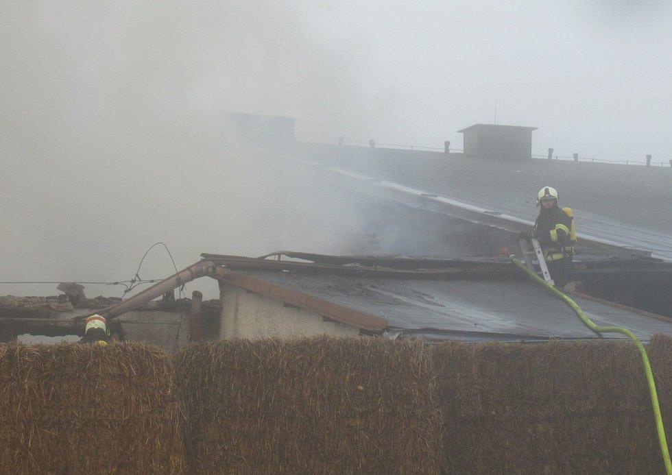 Druhý stupeň požárního poplachu byl vyhlášen v pátek odpoledne při požáru v Choustníku. Na místě zasahovali profesionálové ze Soběslavi a Tábora a dobrovolní hasiči z Plané nad Lužnicí, Choustníku, Tučap, Chýnova a Deštné.