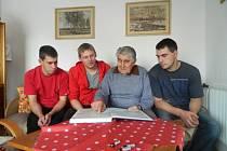 Zleva Jaroslav Ťoupal, Michal Koutenský, Josef Ťoupal a Michal Ťoupal. Syn válečného hrdiny zavedl vyprávěním o svém otci  vnuky a synovce až  do Haliče, kde jeho otec bojoval.
