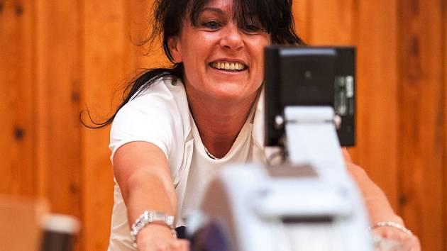 Šéfredaktorka Táborského deníku Alena Šatrová pojala veslařskou dřinu po svém – s úsměvem na tváři.